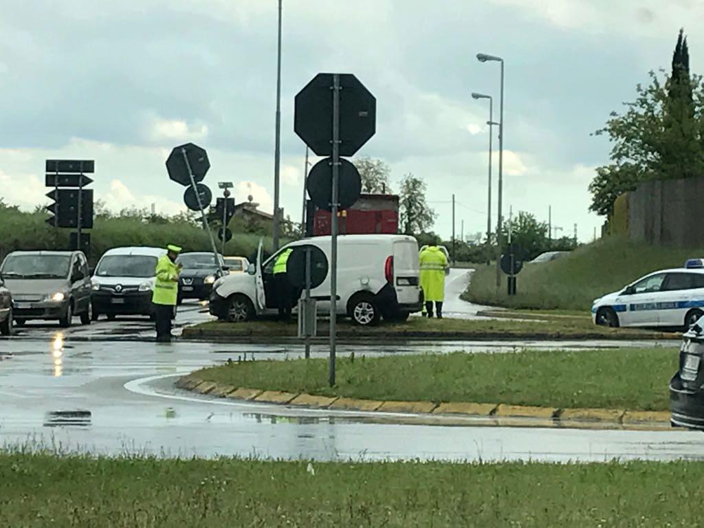 Nuovo incidente alla rotonda di via Lumignacco-3