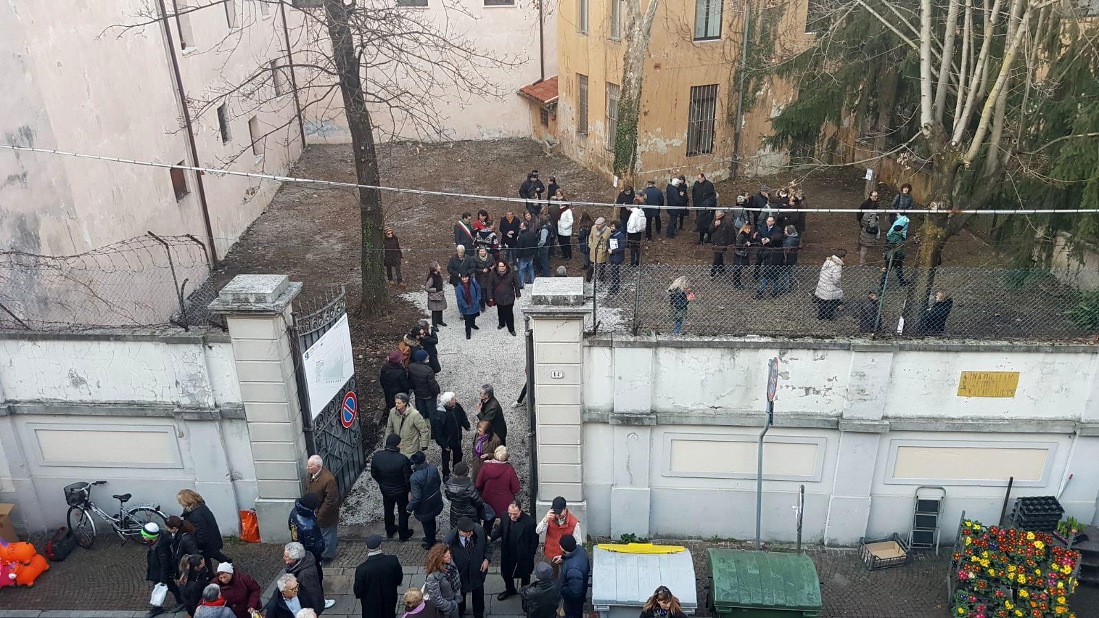 Via Pracchiuso, aperto il cancello dell'ex caserma Reginato-2