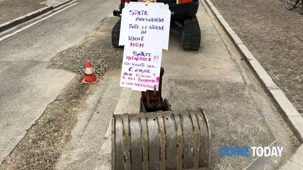 Lavori in via Tarcento: apparso un cartello che denuncia asfaltatura fatta male-2