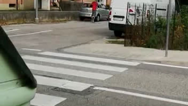 VIDEO Distrugge un'auto con un bastone di ferro