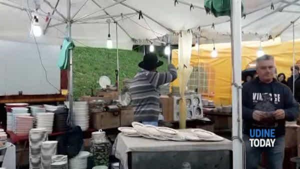 """VIDEO Il venditore di piatti a Santa Caterina: """"Friulani, siete freddi"""""""