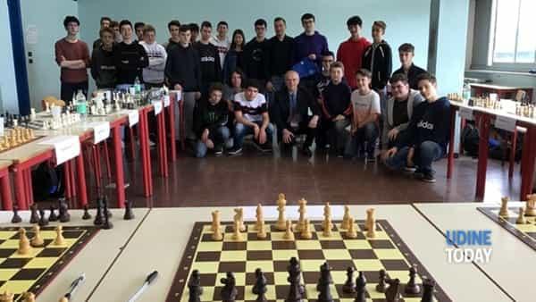 lorenzo lodici contro tutti, al malignani si impara sulla scacchiera-2