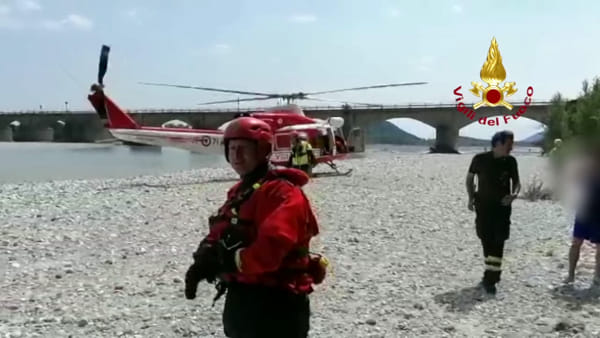 VIDEO Trascinati dalla corrente sul Tagliamento: due escursionisti salvati con l'aeromobile