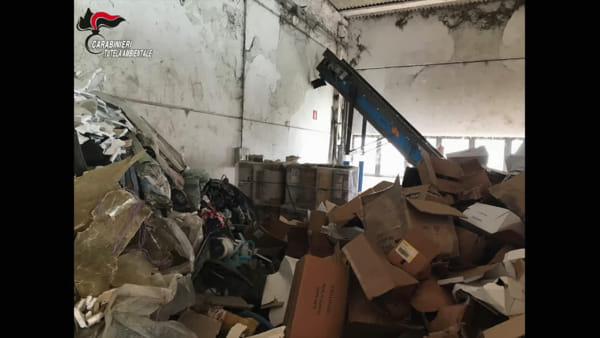 VIDEO Gestione illecita dei rifiuti, sequestrata un'area da un milione di euro