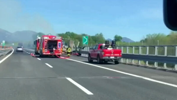 A fuoco camion in autostrada: paura a Udine