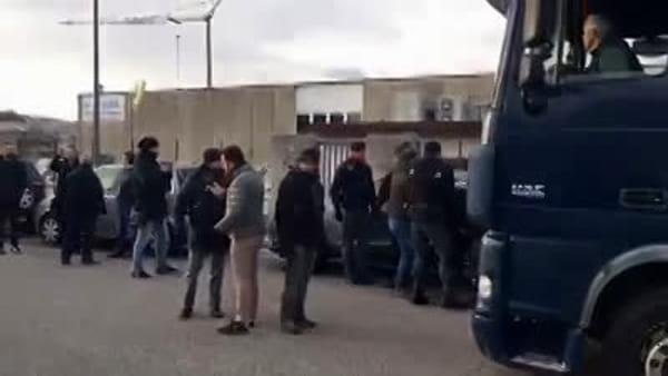 VIDEO Gli operai bloccano i camion a Buja, polizia e carabinieri fanno sgomberare tra le lacrime degli operai