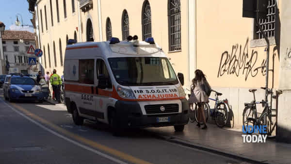 L'ambulanza fuori dalla sede dell'Università in via Mantica