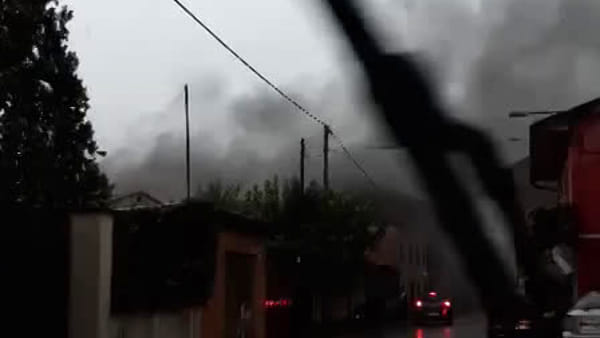 VIDEO Fulmine colpisce una casa e provoca un incendio