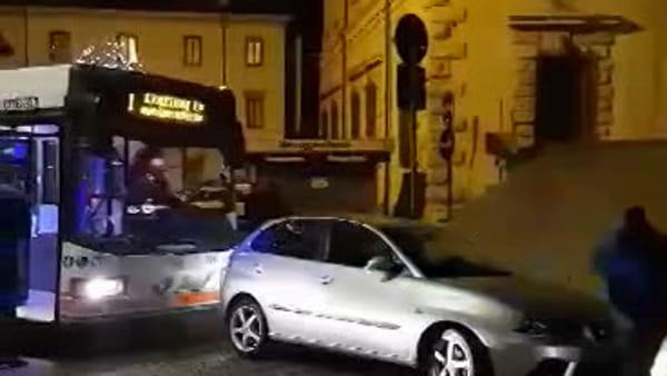 VIDEO: ci risiamo, il parcheggio selvaggio blocca la corsa dell'autobus