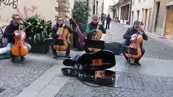 VIDEO: Orchestra di strada incanta il centro cittadino, il concerto all'aria aperta