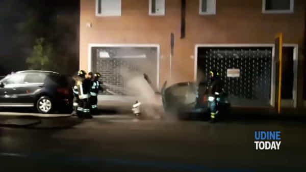 Automobile a fuoco in via De Rubeis