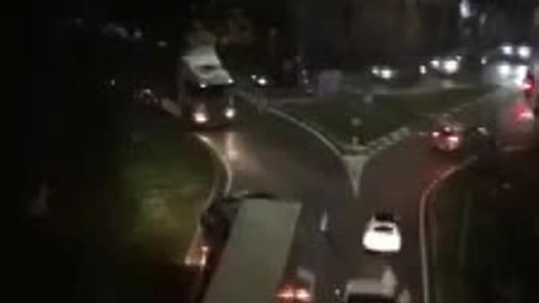 In contromano nella rotonda, tir manda in tilt il traffico cittadino