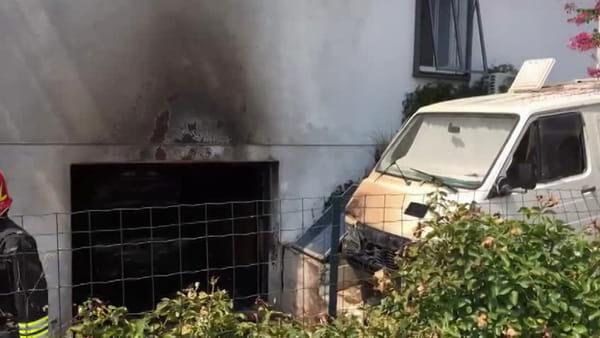 A fuoco un'auto nel garage di una casa, salve un'anziana e una bambina