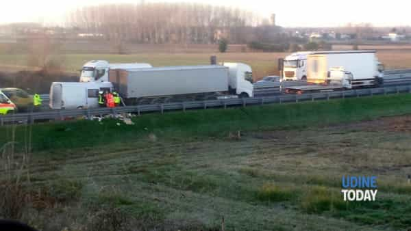Incidente in autostrada, due persone incastrate tra le lamiere