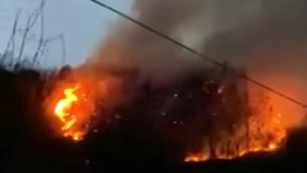 VIDEO A fuoco un bosco sopra Tolmezzo, si sospetta il dolo