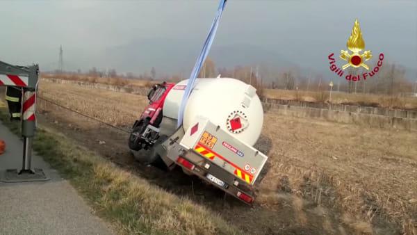 Autocisterna finisce fuori strada lungo la Osovana, il recupero dei vigili del fuoco