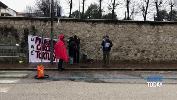 VIDEO Accuse di carenze sanitarie in carcere, la protesta al Distretto sanitario