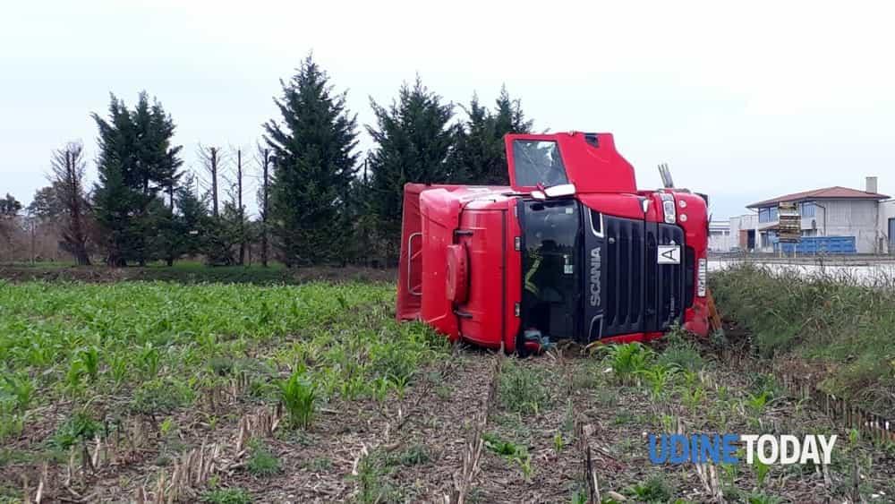 Fotonotizia: camion carico di merce ribaltato a Povoletto-3