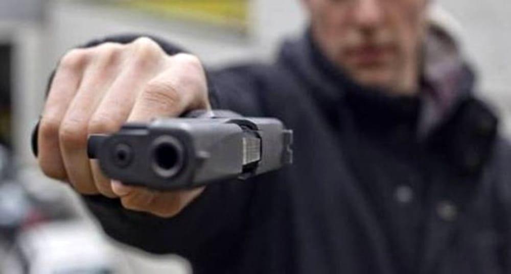 Si dimentica di dare la precedenza, automobilista si ritrova una pistola  puntata addosso