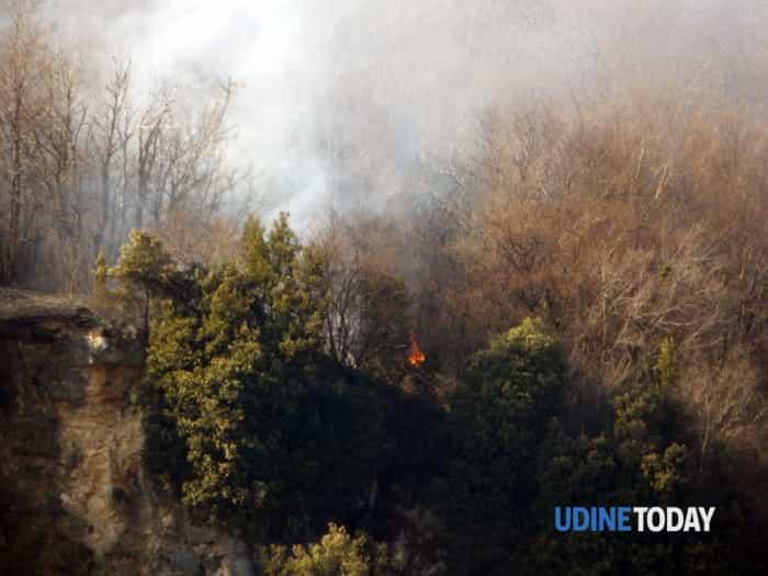 00 Le immagini dell'incendio nel bosco sopra Braulins