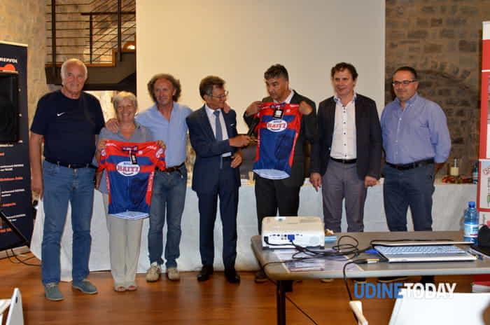 Nella foto allegata, i sindaci dei Comuni interessati dal percorso della Attimis Marathon Bike per Haiti, con Enzo Cainero, Sante Chiarcosso ed Enzo Genio.-2