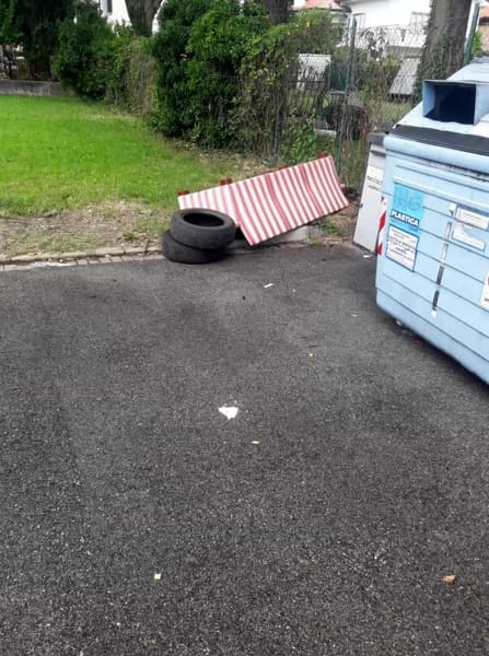 Inciviltà: un divano e due pneumatici abbandonati in San Rocco-2