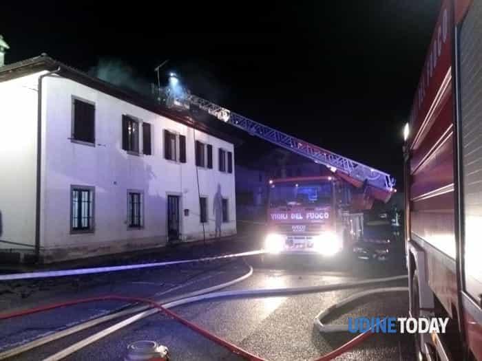 Incendio nella notte: distrutto il tetto di una casa comunale a Villa Santina-3