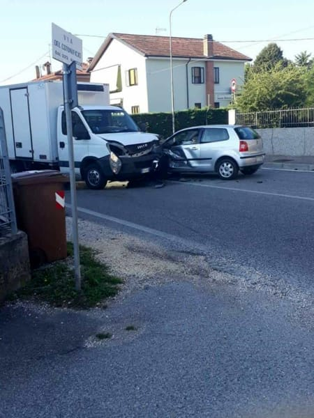 Semi frontale tra furgone frigo e auto: due feriti-2